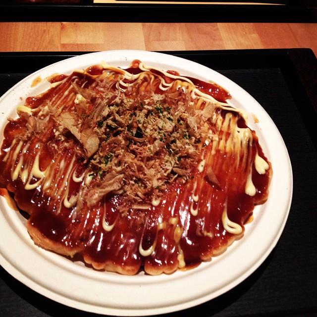 Toujours le moshi moshi... (re)découverte des Okonomyoaki ... mention bof pour l'assiette en carton...